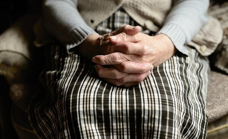 בית אבות בתל אביב: ידיים של אישה מבוגרת