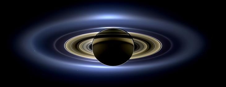 """תמונות נבחרות מתוך פינת תמונות היום בוויקיפדיה: תמונה של כוכב שבתאי הידועה בשם """"היום בו כדור הארץ חייך"""""""