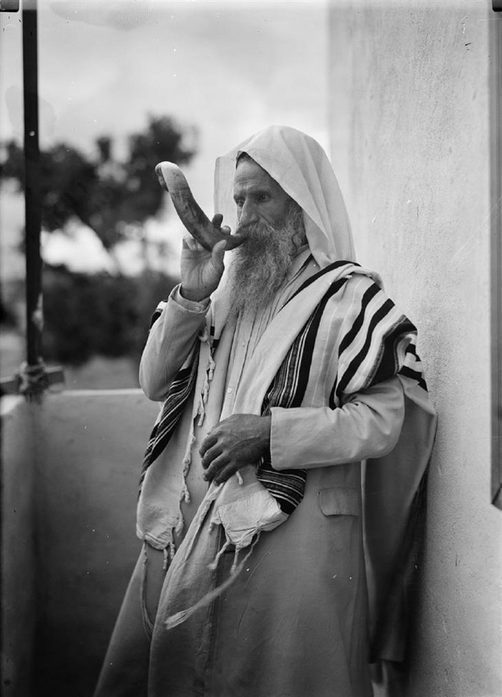 תמונות נבחרות מתוך פינת תמונות היום בוויקיפדיה: יהודי תימני תוקע בשופר