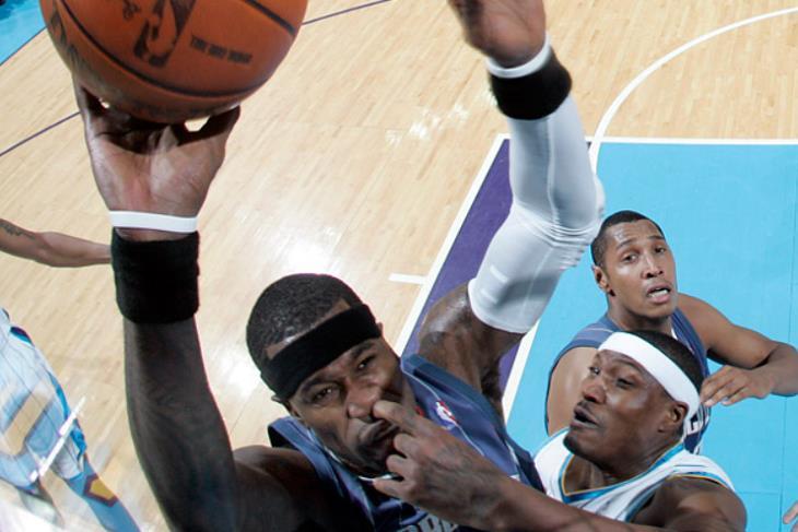 תמונות שצולמו ברגע הנכון: שחקן כדורסל שנראה כאילו הוא מכניס אצבע לאף של יריבו