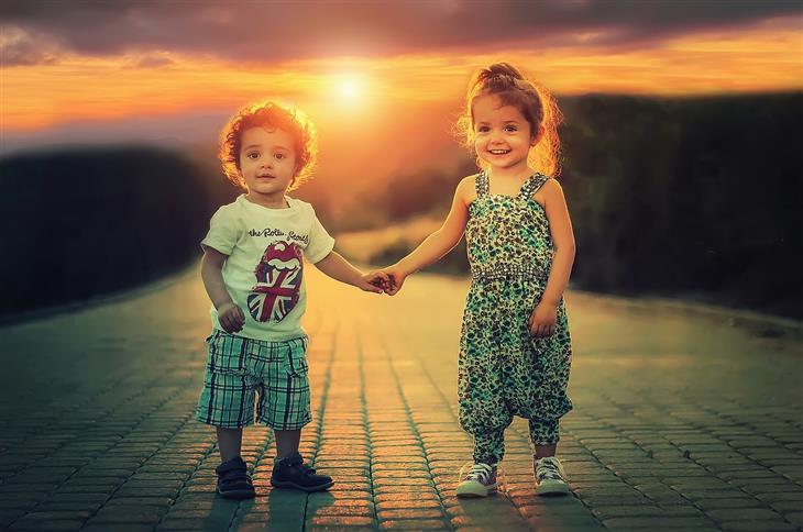 דברים שצריך ללמד ילדים על אהבה: ילד וילדה מחזיקים ידיים