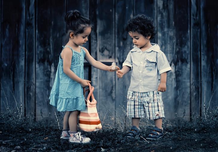 דברים שצריך ללמד ילדים על אהבה: ילדה נותנת פרח לילד