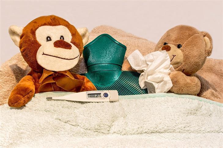 שיחה עם מחלה: בובות במיטה עם כרית חימום ומד חום