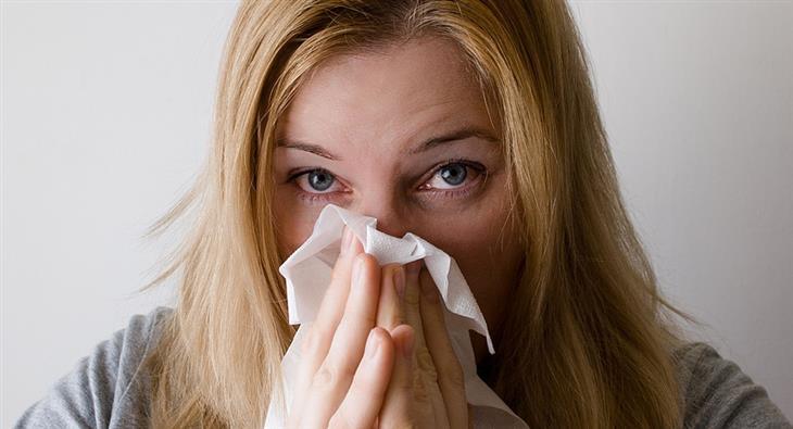 שיחה עם מחלה: אישה מקנחת את האף