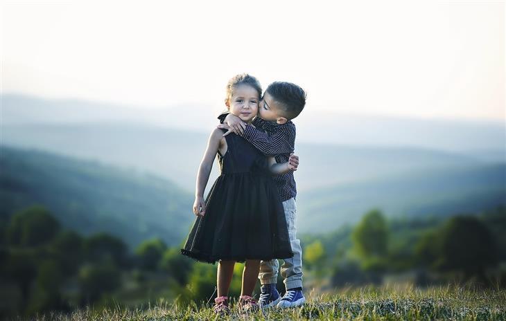 דברים שצריך ללמד ילדים על אהבה: ילד מנשק ילדה
