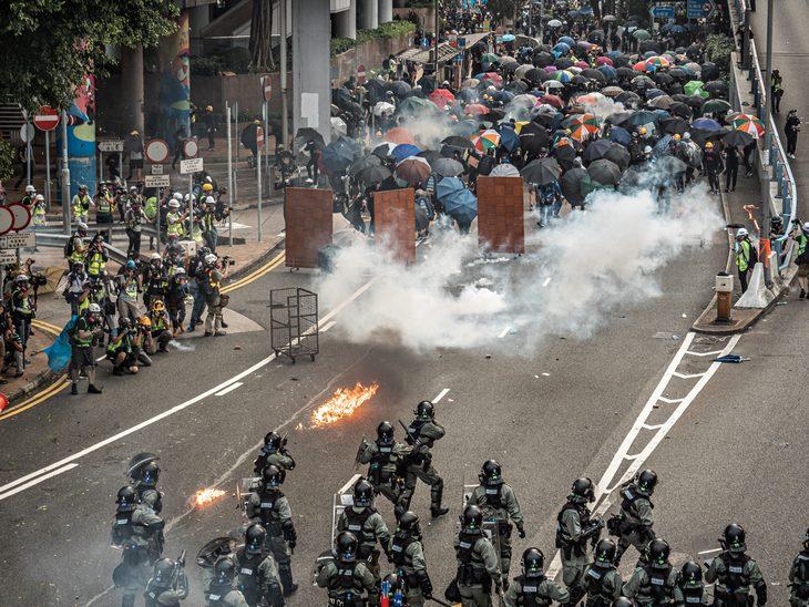 ההפגנות בהונג קונג: מפגינים עם מטריות מול שוטרים