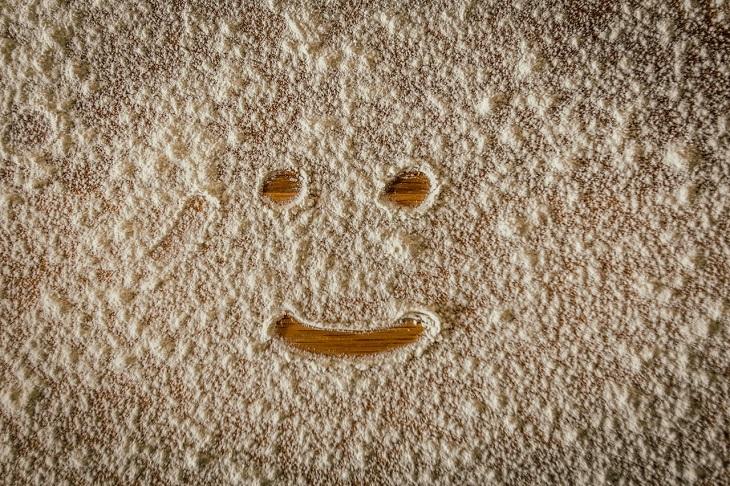 יתרונות קמח כוסמין: פרצוף מחייך מצוייר בקמח