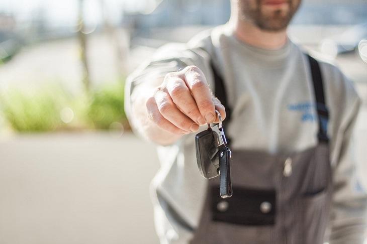 משל הבנאי: אדם עם סרבל מעניק מפתחות