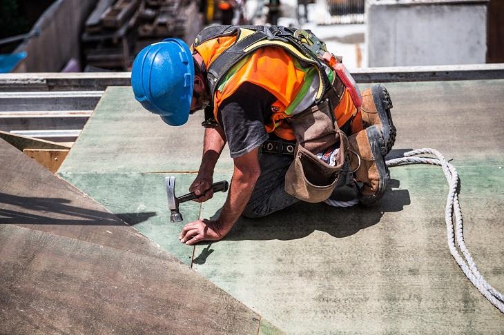 משל הבנאי: אדם עובד בבנייה