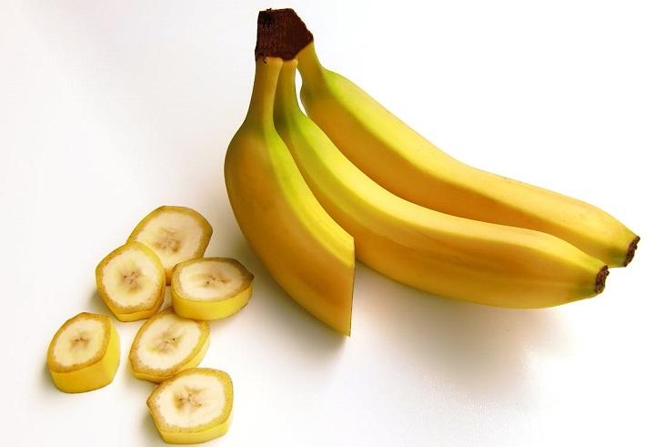מאכלים לימי הווסת: בננות שלמות, ולצידן טבעות של בננה