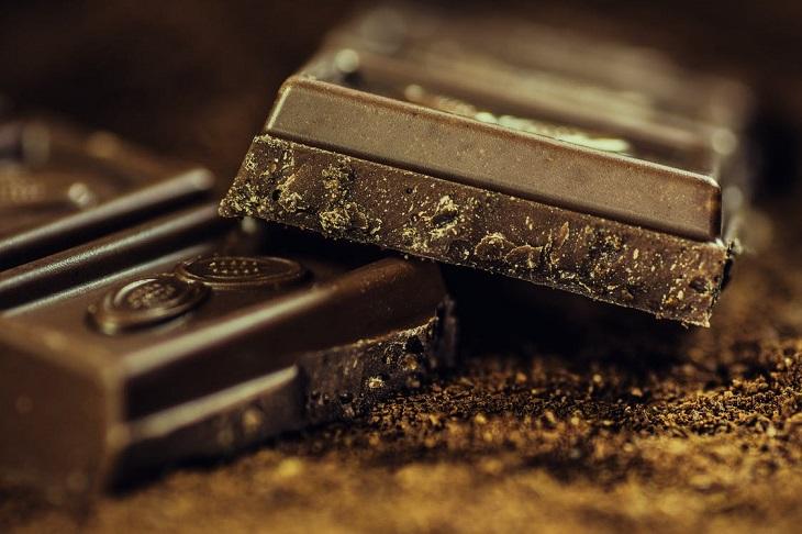 מאכלים לימי הווסת: קוביות שוקולד מריר