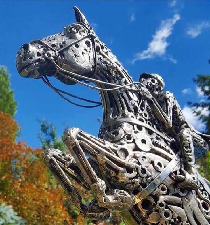 פסלים ממתכת ממוחזרת: איש רוכב על סוס
