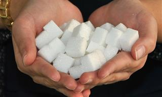 אוסף כתבות על סוכרת: אדם מחזיק חופן של קוביות סוכר בשתי כפות ידיו