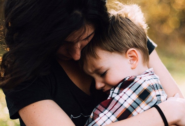 עצות להורים לסייע לילדים להתחבר לרגשות: אם מחזיקה את ילדה הבוכה בידיה