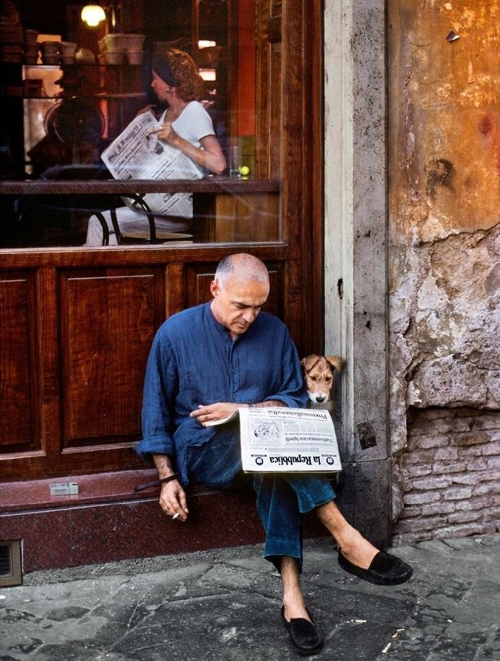 תמונות יפות של אנשים ובעלי חיים: גבר קורא עיתון לצד כלב