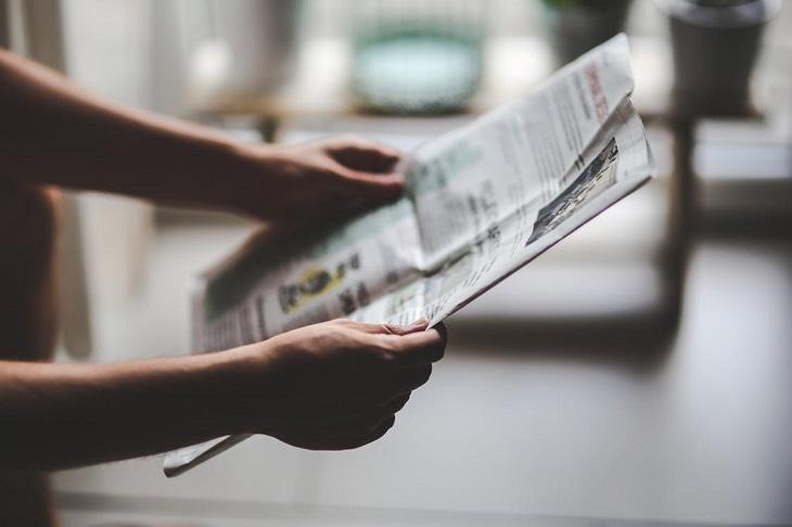 אופטימיות להתמודדות עם חרדה: אדם קורא עיתון
