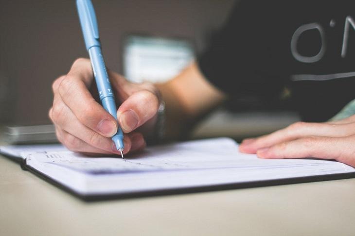 אופטימיות להתמודדות עם חרדה: אדם כותב במחברת