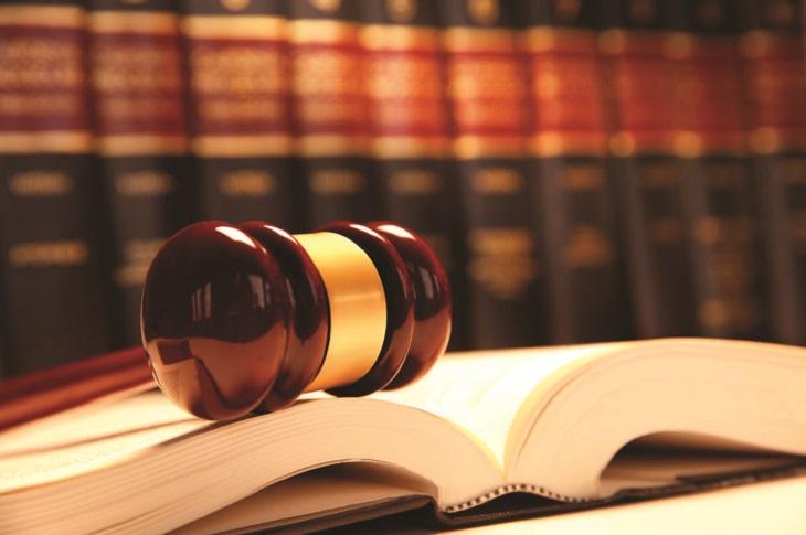 דיני צוואה: פטיש משפט מונחת על גבי ספר פתוח