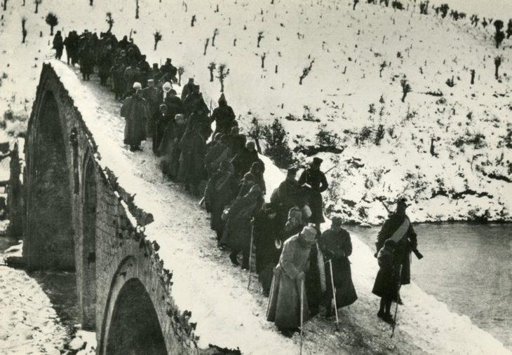 תמונות היסטוריות: מלך סרביה פטר הראשון חוצה גשר ומוביל את אנשיו עם קביים