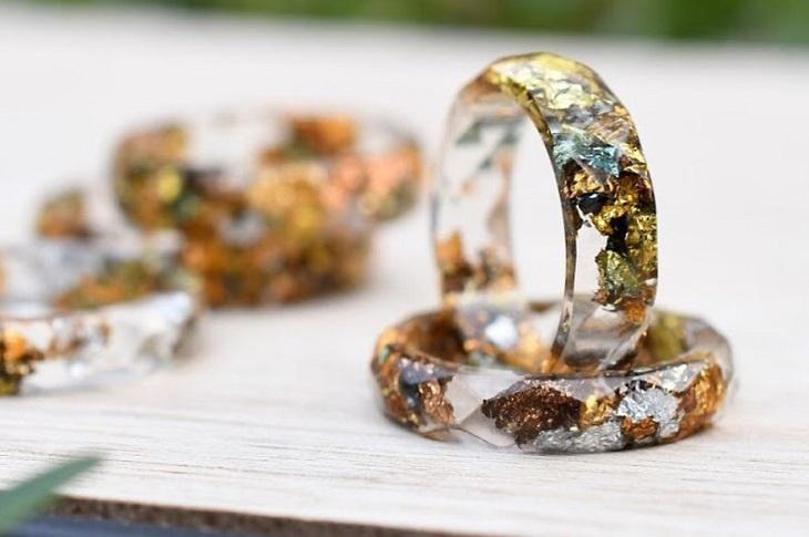 תכשיטים שמכילים פרחים: טבעות עם מתכות בפנים