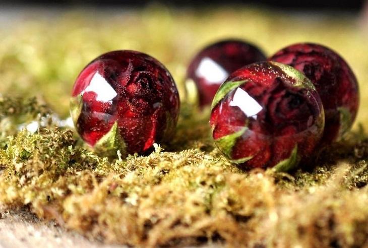 תכשיטים שמכילים פרחים: תכשיטים בצורת כדור, שבתוכם יש ורדים