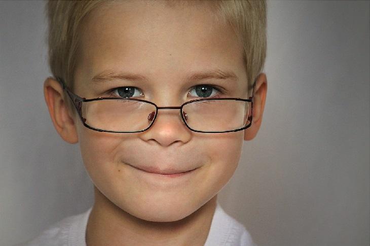סימנים לזיהוי ילד מחונן: ילד עם משקפיים, מחייך