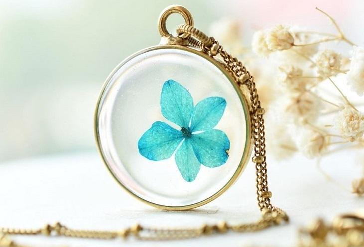 תכשיטים שמכילים פרחים: שרשרת עם פרח מיובש בצבע תכלת