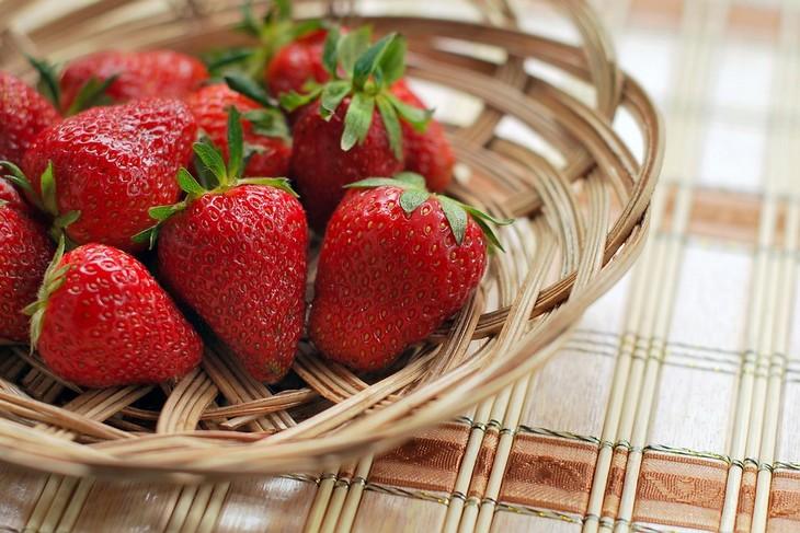 יתרונות בריאותיים וקוסמטיים של תותים: סלסלת עץ עם תותים