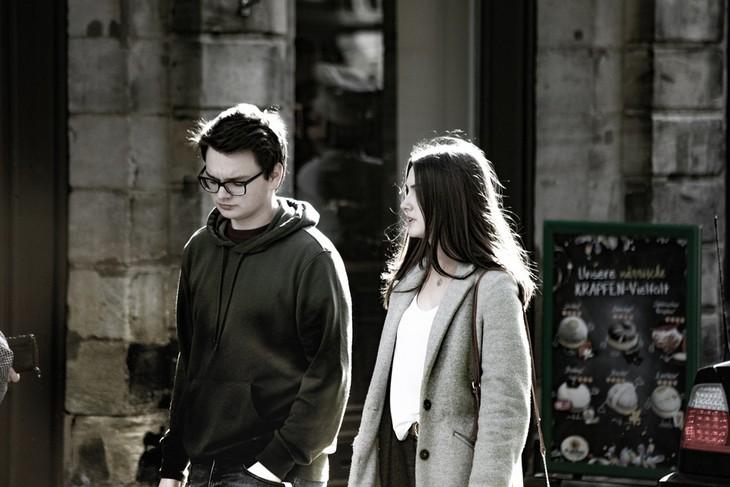 משפטים שפותרים ריבים בזוגיות: גבר ואישה הולכים ברחוב