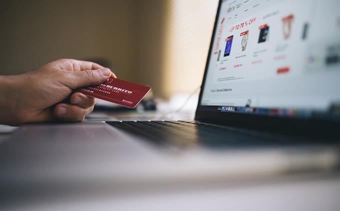 מבחן ידע כללי: אדם יושב עם כרטיס אשראי מול המחשב