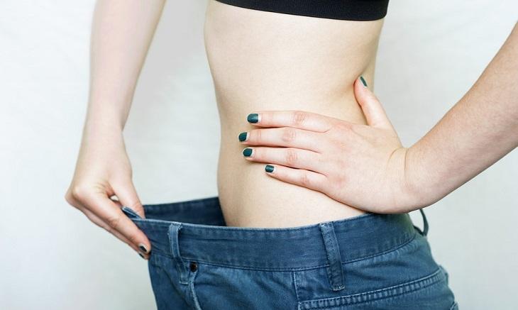 טיפול בקמטים: אישה צעירה לובשת מכנסיים שמאוד גדולות עליה
