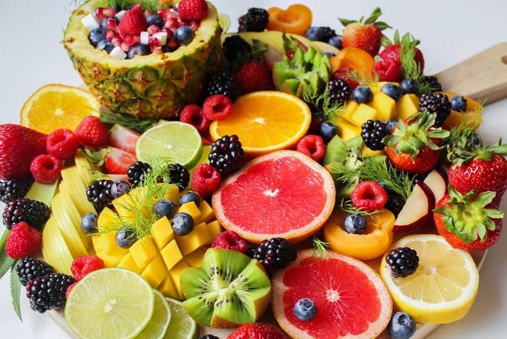 איכות מוצרי מזון: פירות פרוסים על מגש מעץ