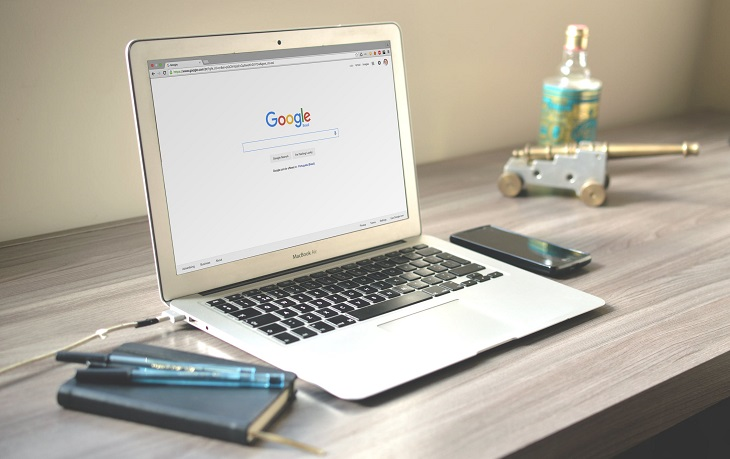 פרסום בגוגל: לפטופ עם דף הבית של גוגל