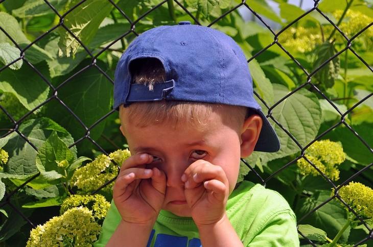 התנהגויות שהן קריאה לעזרה בקרב ילדים: ילד מנגב את עיניו מדמעות