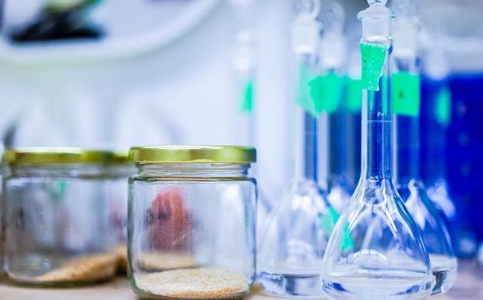 טריווית אנגלית: מבחנות וצנצנות על שולחן במעבדה