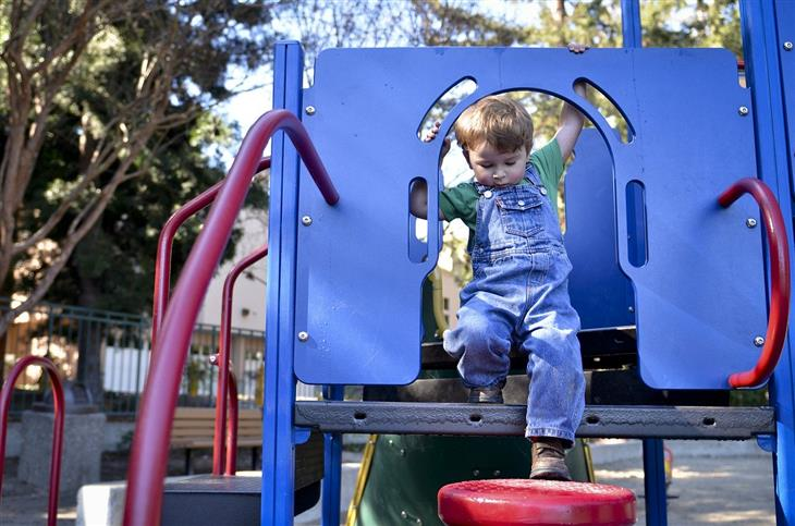 איך להתמודד עם מקרים בעייתיים בגינת המשחקים: ילד על מתקן בגינת משחקים
