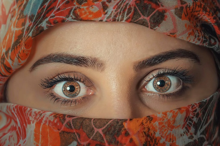 יתרונות בריאותיים של ברוקולי: בחורה פוקחת עיניים לרווחה