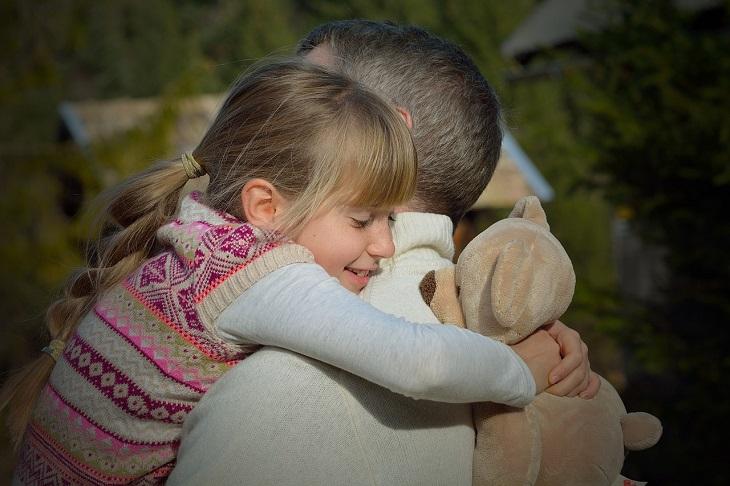 המדריך לחיזוק היחסים בין אבא לבניו ובנותיו: אב ובתו מתחבקים