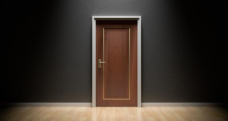 בדיחה על אחות שובבה: דלת סגורה