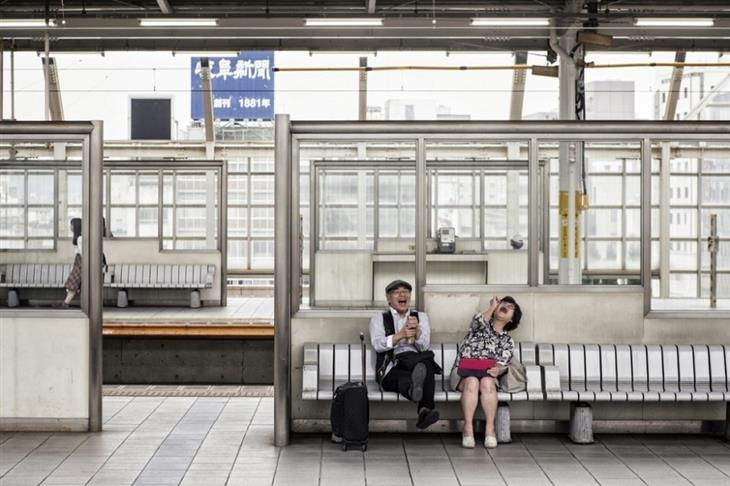 תמונות מתחרות הצילום השנתית של סיינה: זוג יפני צוחק בתחנת רכבת