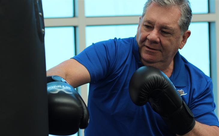 מחקר על החשיבות של כושר גופני אחרי גיל 60: איש מבוגר מאגרף שק איגרוף