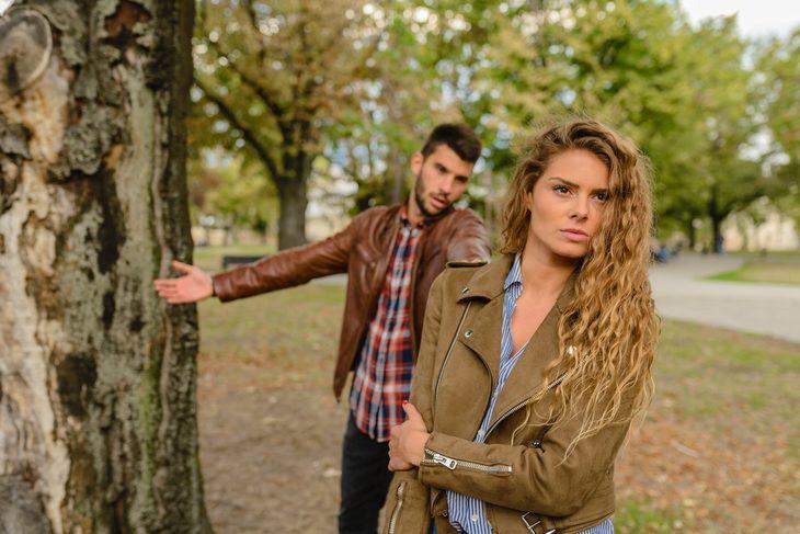 איך להקשיב בלי להתגונן: גבר מנסה לדבר עם אישה והיא עומדת עם הגב אליו
