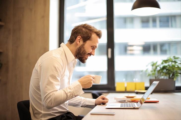 קורסים מקוונים של שירות התעסוקה: בחור יושב מול מחשב נייד