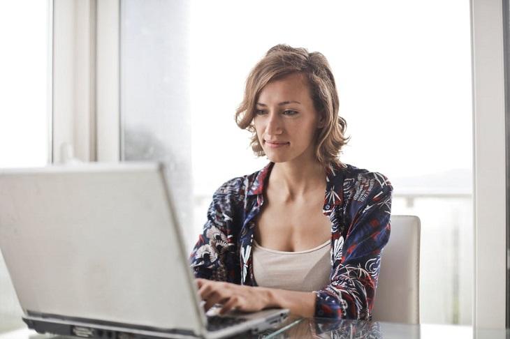 קורסים מקוונים של שירות התעסוקה: בחורה יושבת מול מחשב נייד