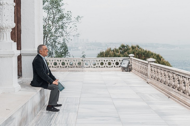 שינויי מחשבה לחיים טובים יותר: גבר מהורהר יושב על מרפסת