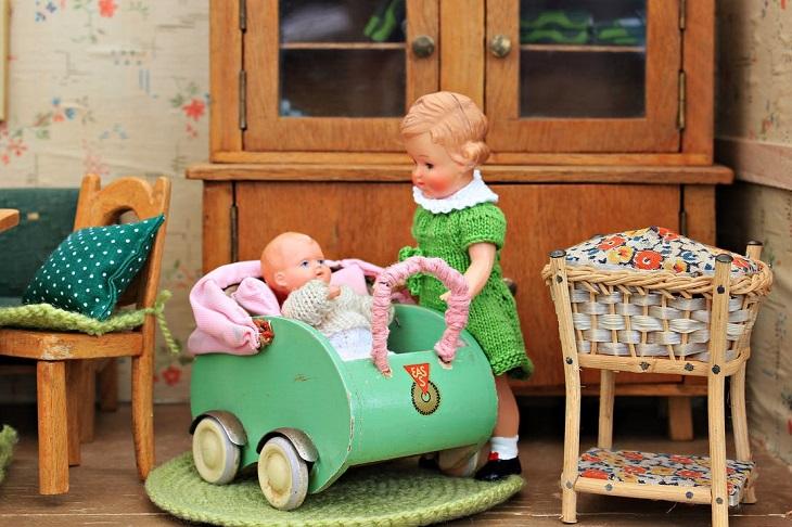 טיפים להפוך בן בכור לאח: בובות של תינוק ואימא