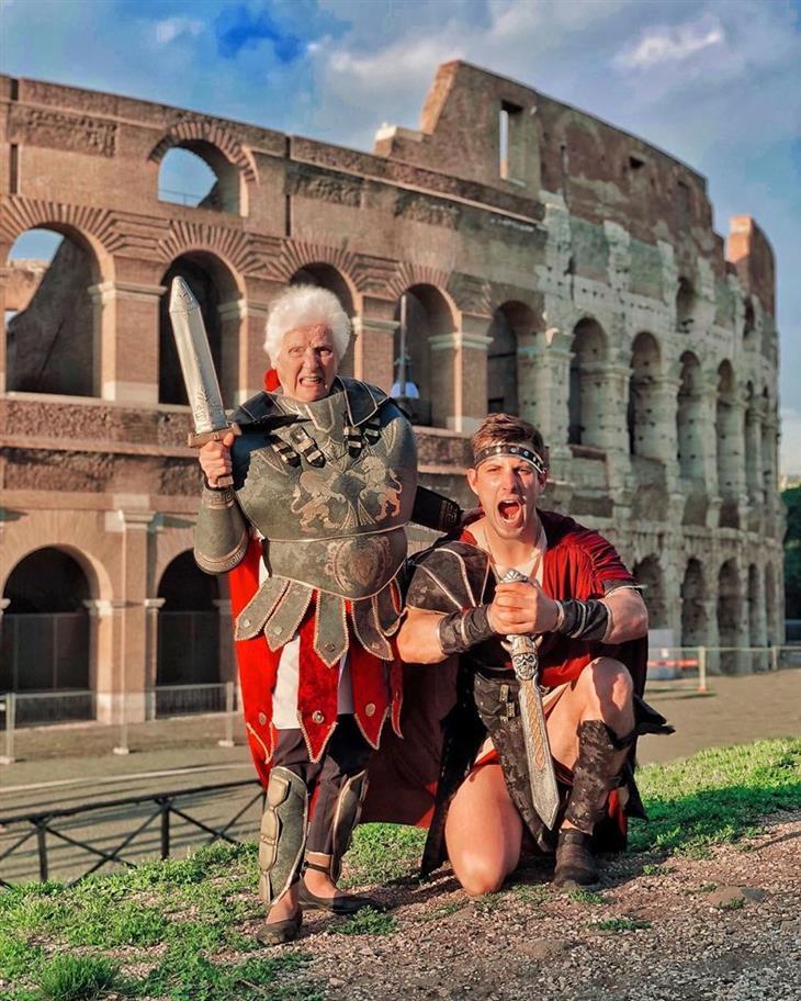 תמונות מצחיקות של סבתא ונכד: טיול משותף ברומא