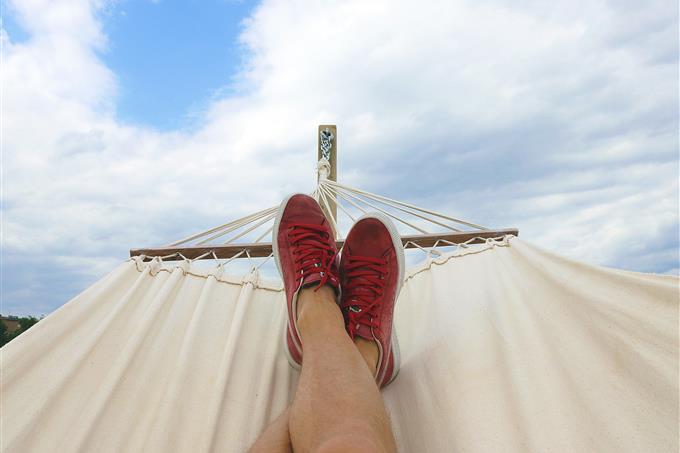 איזה אל יווני אתה: רגליים של איש ששוכב על ערסל