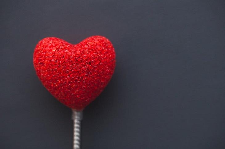 יתרונות בריאותיים של דוחן: לב אדום על מקל