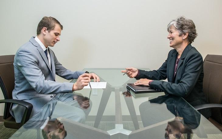 חיפוש עבודה מעל גיל 50: אישה מבוגרת וגבר צעיר בראיון עבודה